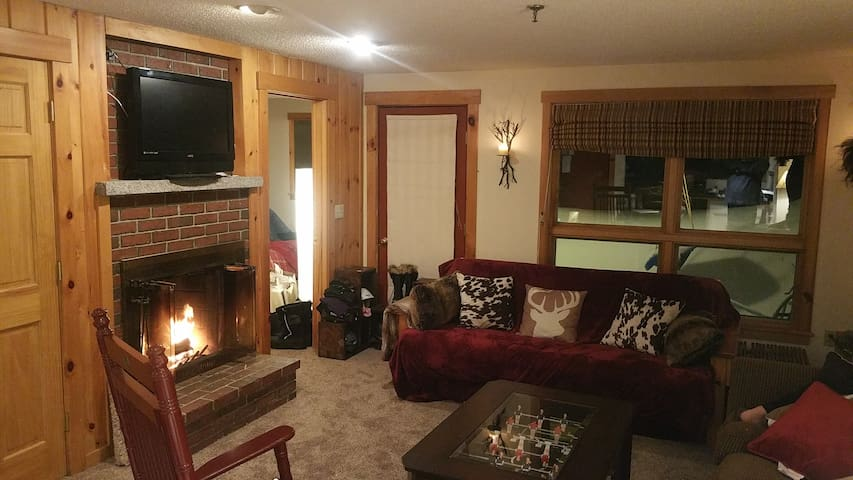 Sugarloaf w/ Pool, Hot Tub, Shuttle & Trail Access - Carrabassett Valley - Appartement en résidence
