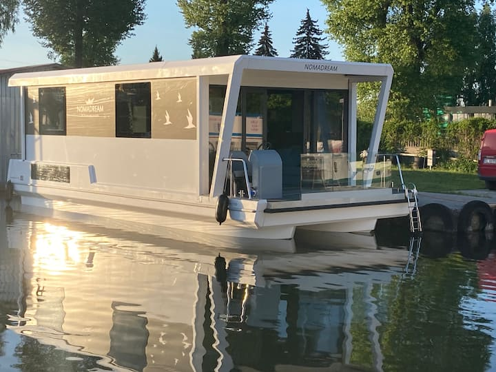 Luxurious houseboat for family and friends