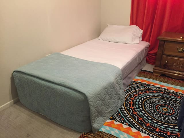 10-15 Mins From Strip One Twin Bed Shared Room 2A