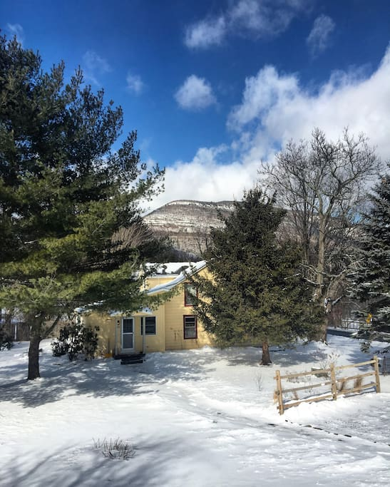 Winter Wonderland! Located only 30 minutes from Hunter Mountain and 45 minutes from Belleayre Mountain, The Gathering House makes a perfect ski weekend house.