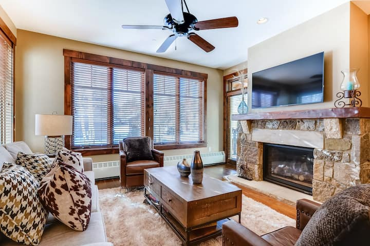 Mountain chalet w/shared hot tubs, pool, fitness center + WiFi!