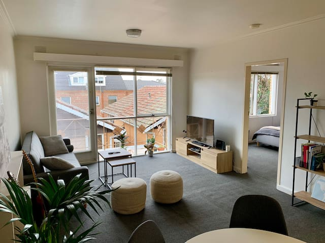 Spacious & bright 1 bedroom apartment in Hawthorn