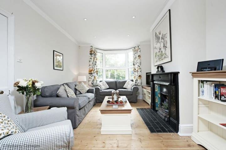 Station Cottage Sleeps 6, an immaculate cottage in the beautiful Georgian Market Town of New Alresford - Alresford - Hus