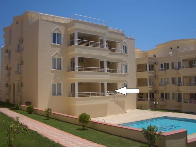 Lovely 2 bed apartment with direct access to pool
