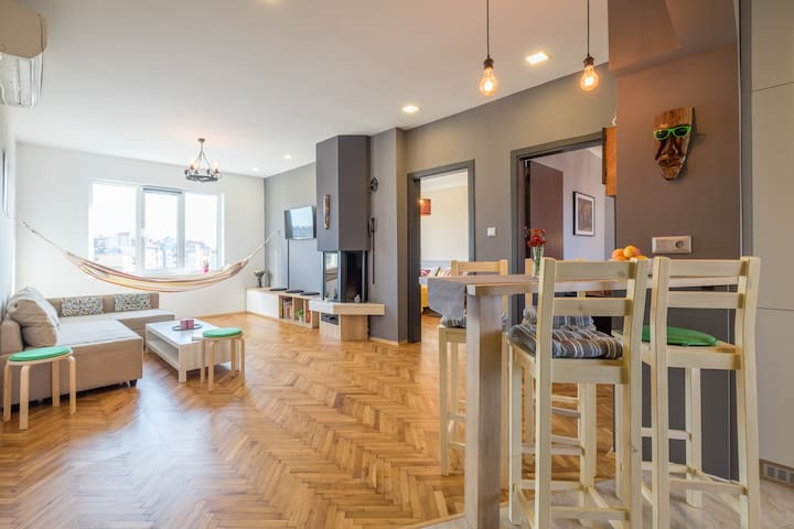 ARTistic & Spacious 2 Bedroom Central Apartment