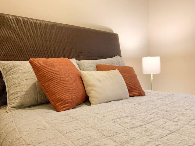 Dormitorio con cama matrimonial.  Bedroom with a double size bed.