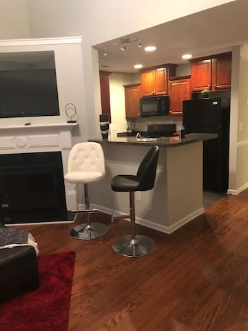 7 mins from Airport **Luxury Townhome**