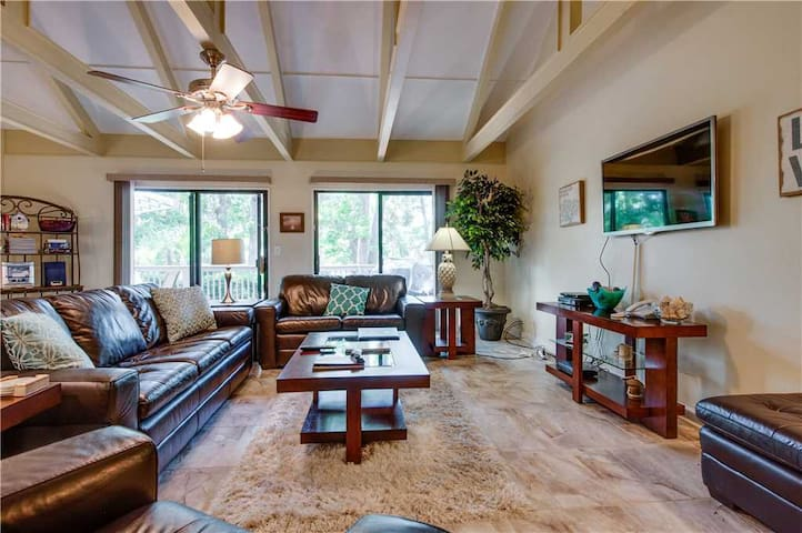 526 Queens Grant   Dog Friendly   Quick Walk to Beach   Expansive Deck   Complex Pools