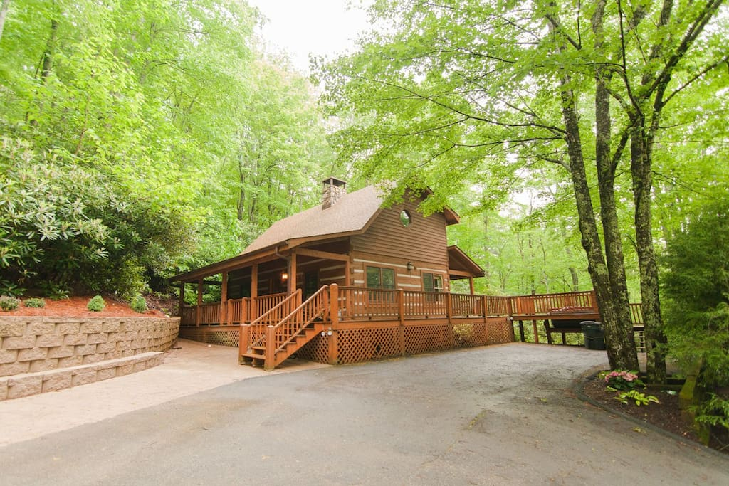 This cozy two bedroom plus loft log cabin is charming and private with all extras including hot tub, wood-burning fireplace and wrap-around porch.
