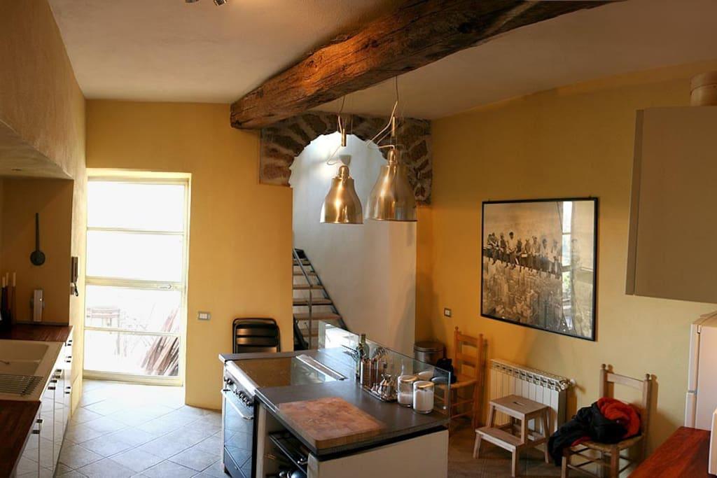Grande cucina con accesso al terrazzo