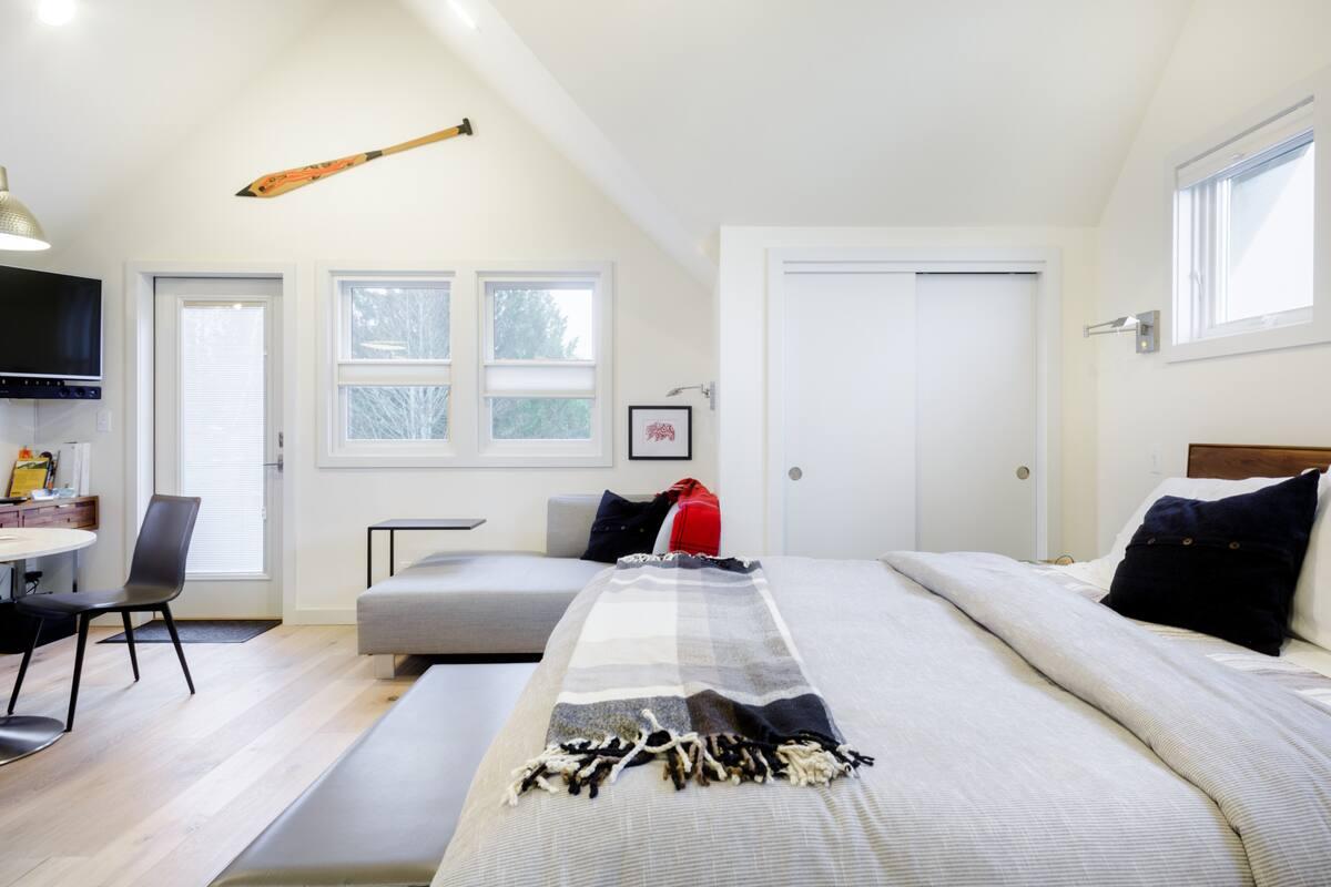 Red Door Flat, Luxurious Studio in West Seattle