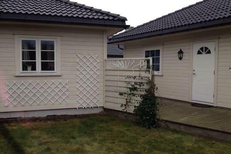 Koselig lite anneks med dobbeltseng. - Sandefjord - Zomerhuis/Cottage