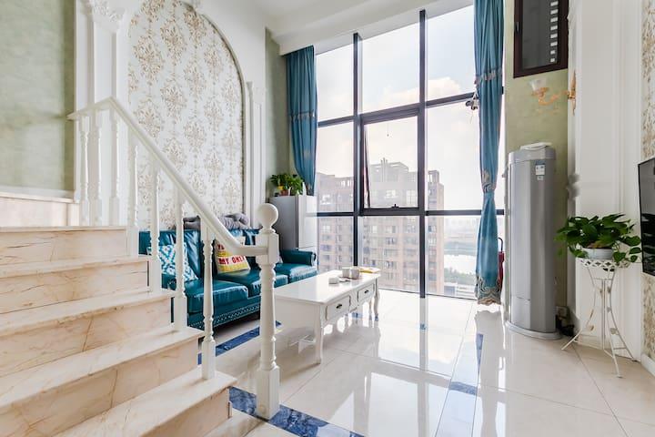 兴隆大家庭亿隆国际家庭复式公寓,欧式豪华大床房,近万达广场、渤海大学。智能密码锁,幽静、隐私。