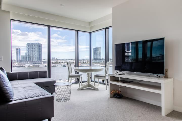 2BD Apt w/ Stunning Views in High Rise - Docklands