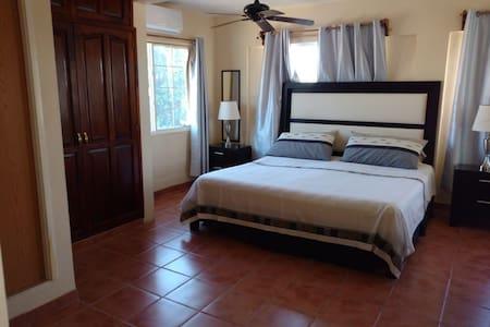 Habitación en el bulevar AC KingSize Baño privado