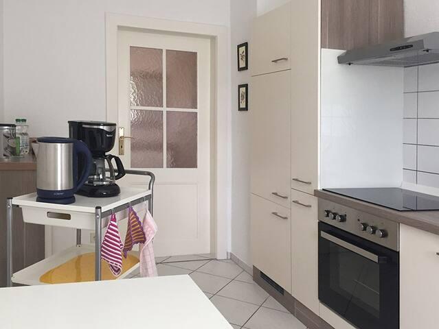 Neue ausgestattete Küche mit Kühlschrank, Herd, Ofen, Geschirrspüler…