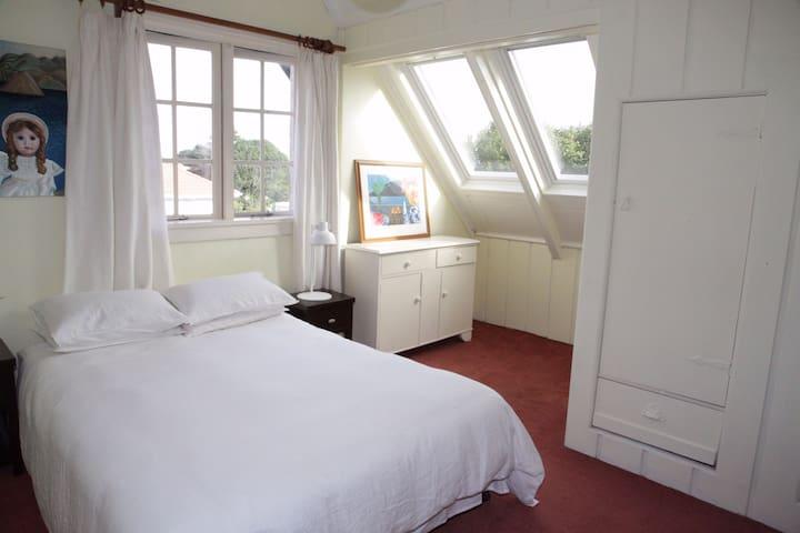 Lovely room in delightful Mount Eden home