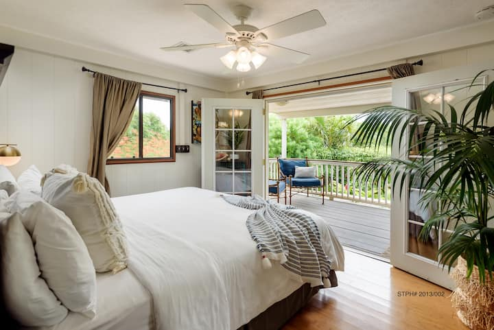 Paia Inn - 1 Bedroom King Suite - Partial Ocean View