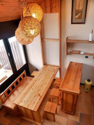 Dépliée, la table du séjour permet d'accueillir les occupants de l'appartement ainsi que des invités. Une petite table est également disponible sur la terrasse.