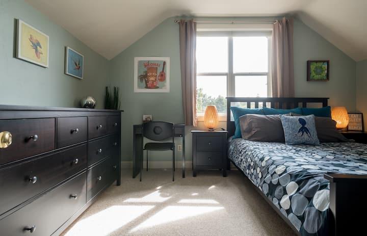 Bright Room & Queen Bed in a Cute Neighborhood