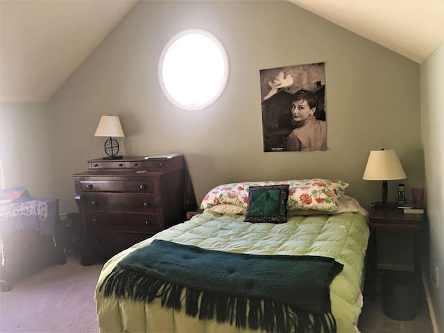 Porthole Bedroom & Study, Private Bath, near UNC!