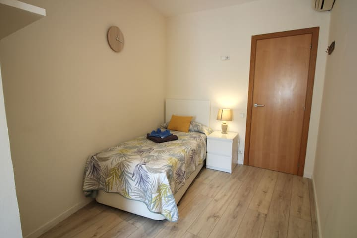 Room single Pl.España with air conditioner
