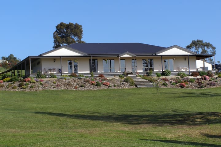 Nyora Lodge     Bed and Breakfast - Nyora - Bed & Breakfast