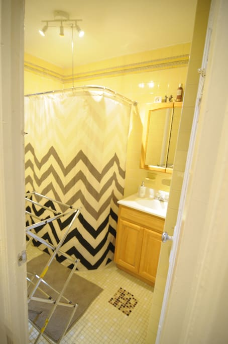 Full bathroom with clean linen towels