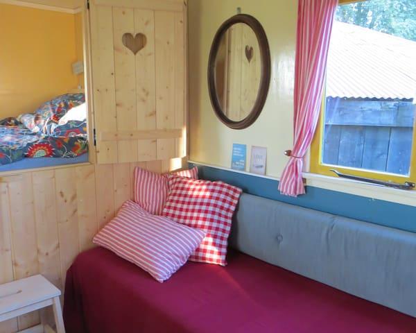De tweepersoonsbedstee en een zit/slaapbank, het vierde bed wordt overdag onder de bedstee geschoven.