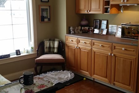Private room 5 minutes to downtown - Fredericton - Casa