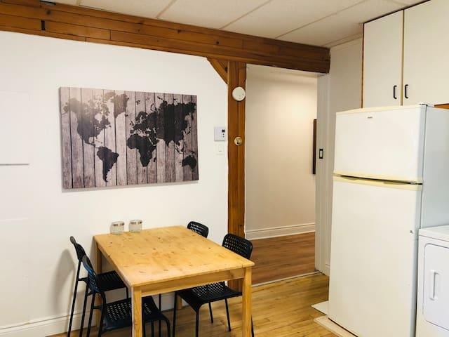 Petite chambre bien située + stationnement!