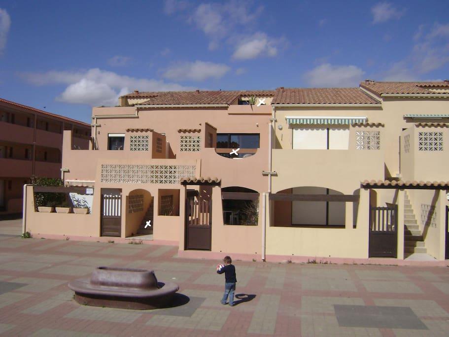 Appartement en duplex sur 2 étages dans une petite résidence  , indiqués par les marques blanches , 2 terrasses faces à la mer .