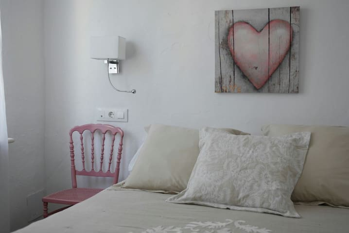 Dormitorio nº 1 con vistas a la plaza.  Aire acondicionado