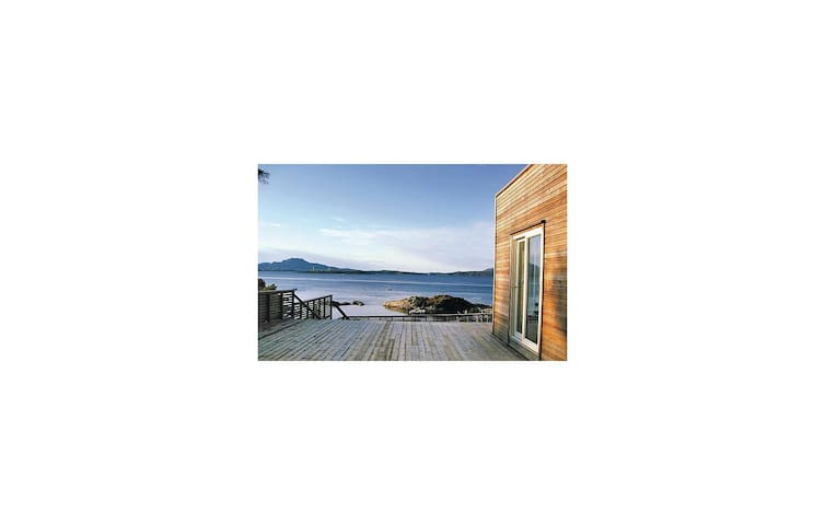 Holiday cottage with 4 bedrooms on 95 m² in Valevåg