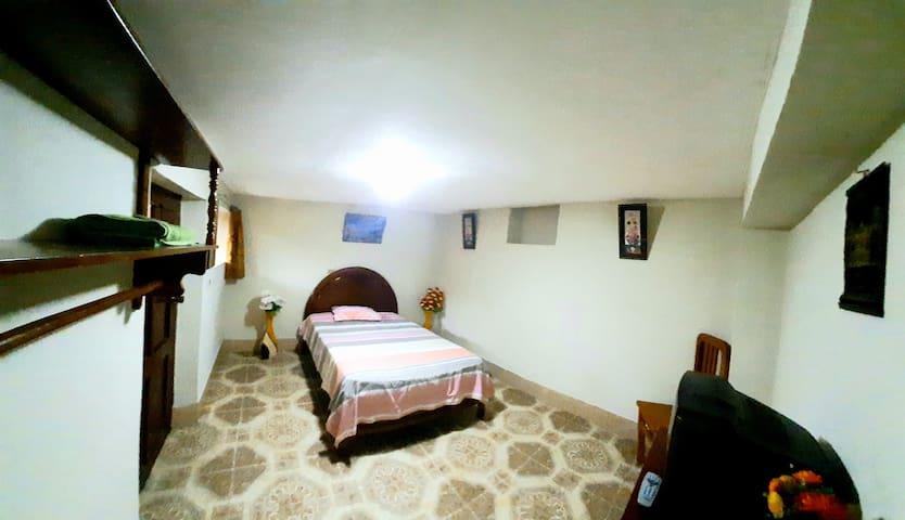 Habitación para dos personas, fresco, seguro y cómodo, con vista al patio.