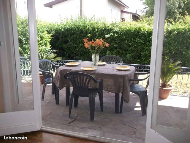 Maison tout confort 4 chambres, 2 SDB jardin/cour