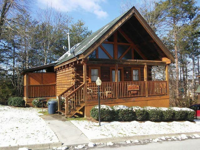 Cozy Log Cabin on the Parkway - Pigeon Forge - Cabaña