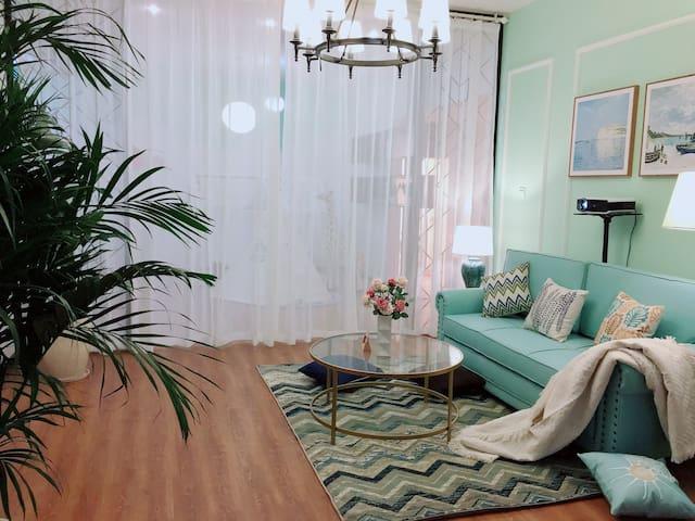客厅沙发床区,拉上纱帘休息,便拥有独立空间
