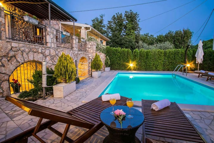 Last minute LUXURY VILLA VITA