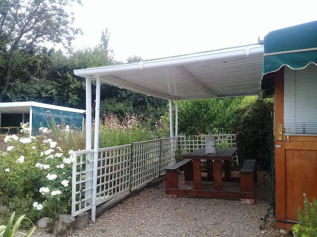Lara's Cottage - Covered outdoor patio area