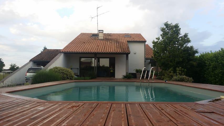 3 Chambres+petit déj+piscine à côté du Garorock