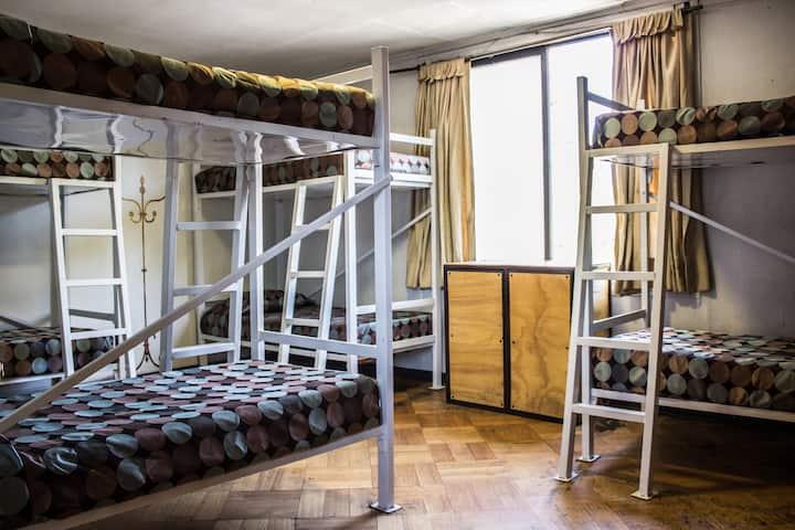 Cama en dormitorio compartido