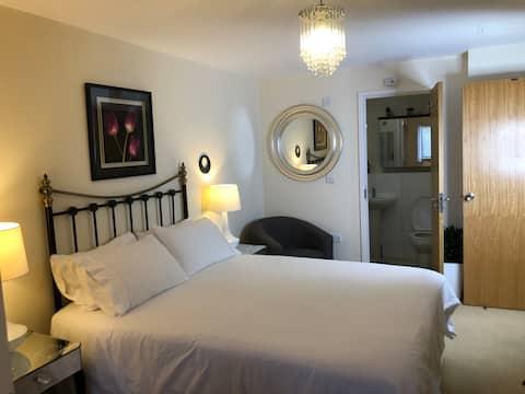 Double en-suite near Heathrow & tube station