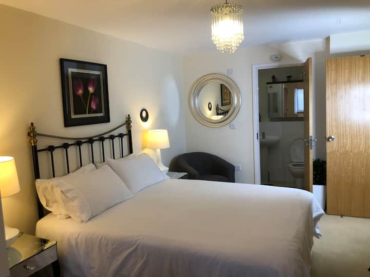 Double en-suite near Heathrow & tube station