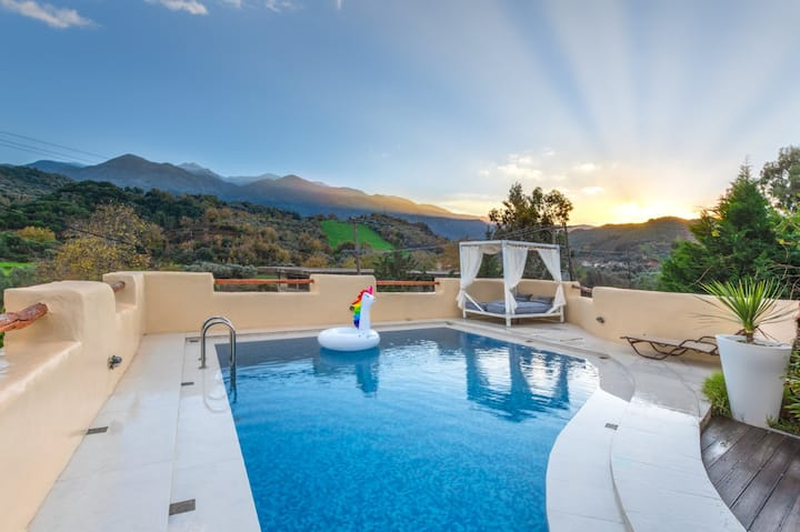 Traditional lux villa★Privat pool★Mountain retreat