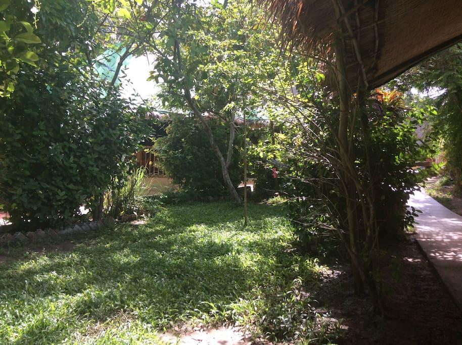 et au fond du jardin,