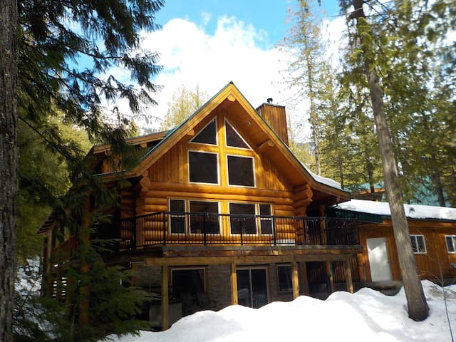 Kootenay INNtrigue B&B, Boat Tours and Rentals - Central Kootenay A