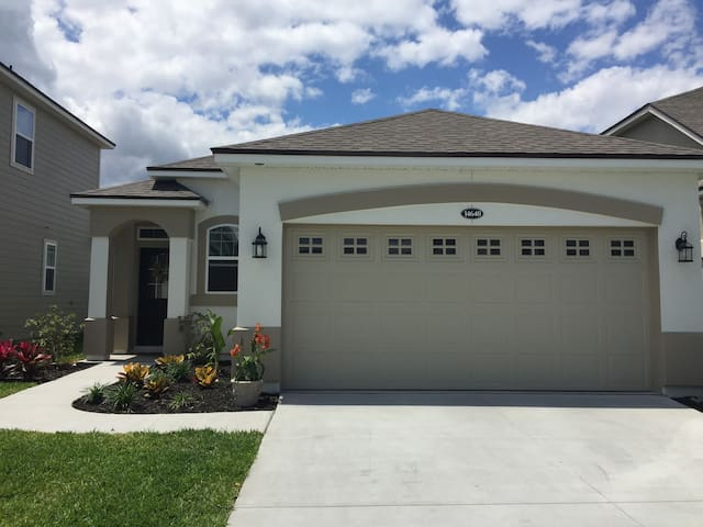 Brand New Home, Private Bed/Bath, 15 min to Beach! - Jacksonville - Huis