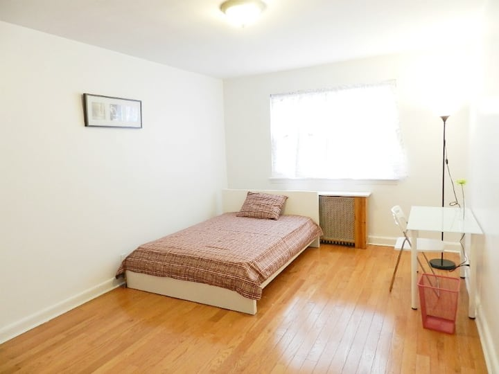 Simple Spacious RM near Queens Center Mall & NYPD