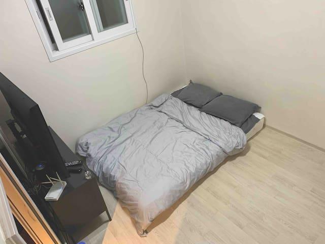 작은 방 입니다 , 티비와 퀸 매트리스 침구가 준비되어 있습니다.